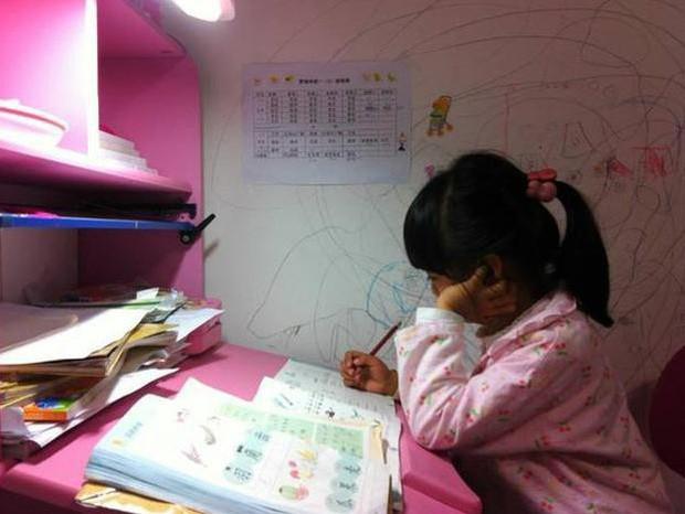Bi kịch đau lòng của cô bé 8 tuổi bị mẹ ép học quá nhiều sau mẩu giấy 'Mẹ ơi, con mệt quá. Con ngủ một lát mẹ nhé!' - ảnh 1