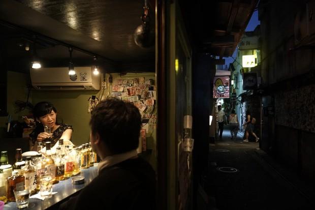 Phố cổ hoàng kim của Tokyo: Nơi 300 nhà hàng cùng nhau trốn thế giới hiện đại, chen chúc trong diện tích bằng nửa sân bóng - Ảnh 13.