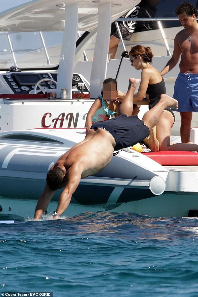 Đi tắm biển, Ronaldo béo thoải mái để lộ vòng bụng thùng nước lèo không kém thần Thor - Ảnh 2.