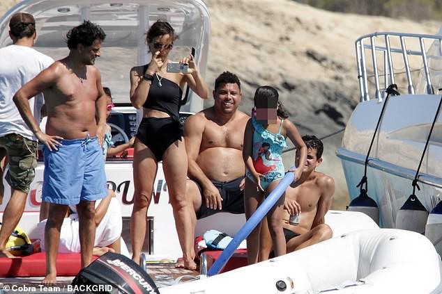 Đi tắm biển, Ronaldo béo thoải mái để lộ vòng bụng thùng nước lèo không kém thần Thor - Ảnh 1.