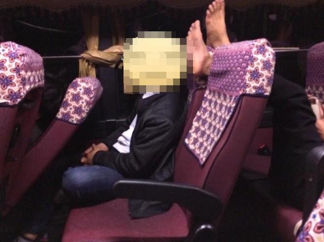 Thanh niên bỗng dưng mọc sừng trên xe khách, nguyên nhân khiến ai nấy đều bức xúc - ảnh 3
