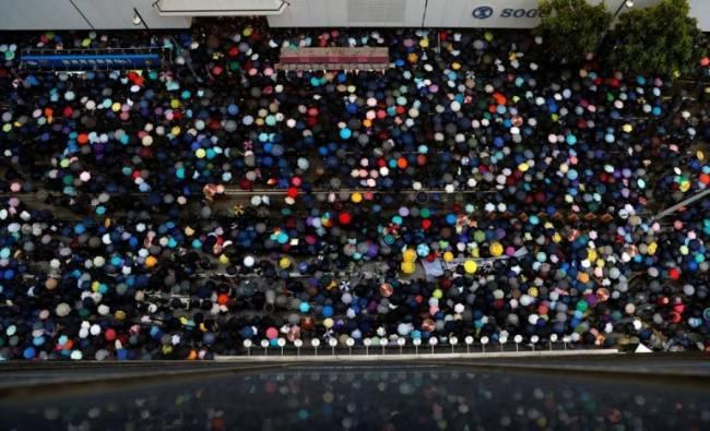 Người dân Hồng Kông vẫn biểu tình bất chấp sức ép - Ảnh 1.