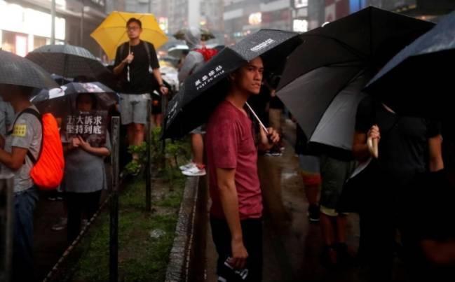 Người dân Hồng Kông vẫn biểu tình bất chấp sức ép - Ảnh 2.