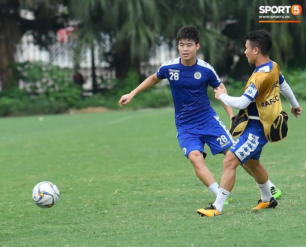 Sau Duy Mạnh, đến lượt Văn Kiên khiến các fan Hà Nội FC thót tim khi nhăn nhó vì đau trên sân tập - Ảnh 2.