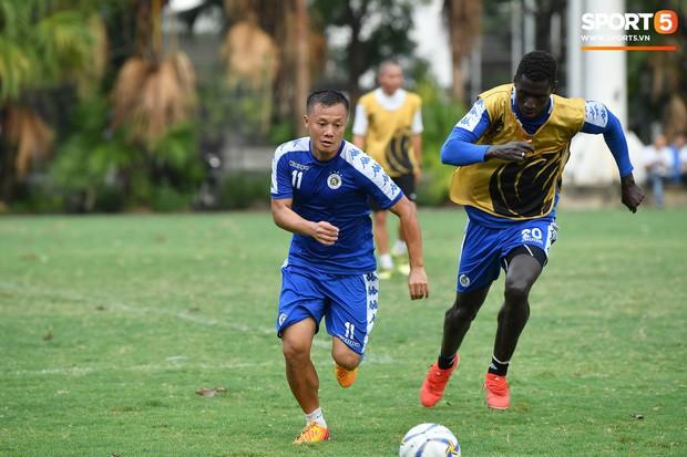 Sau Duy Mạnh, đến lượt Văn Kiên khiến các fan Hà Nội FC thót tim khi nhăn nhó vì đau trên sân tập - Ảnh 11.