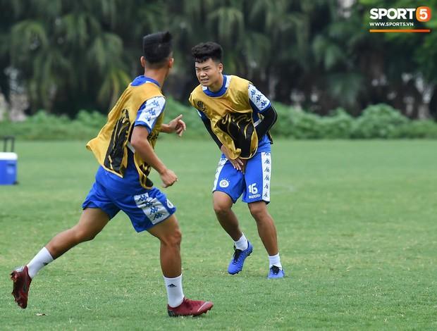 Sau Duy Mạnh, đến lượt Văn Kiên khiến các fan Hà Nội FC thót tim khi nhăn nhó vì đau trên sân tập - Ảnh 5.