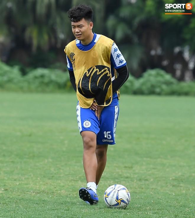 Sau Duy Mạnh, đến lượt Văn Kiên khiến các fan Hà Nội FC thót tim khi nhăn nhó vì đau trên sân tập - Ảnh 6.