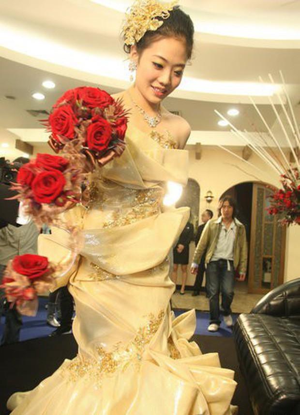 Ngỡ váy cưới 7 tỷ của Angela Baby đã phá đảo showbiz, nào ngờ vẫn thua xa đầm bằng vàng của mỹ nhân làng thể thao - Ảnh 7.