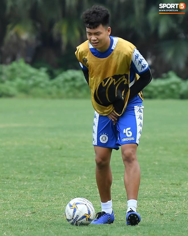 Sau Duy Mạnh, đến lượt Văn Kiên khiến các fan Hà Nội FC thót tim khi nhăn nhó vì đau trên sân tập - Ảnh 7.