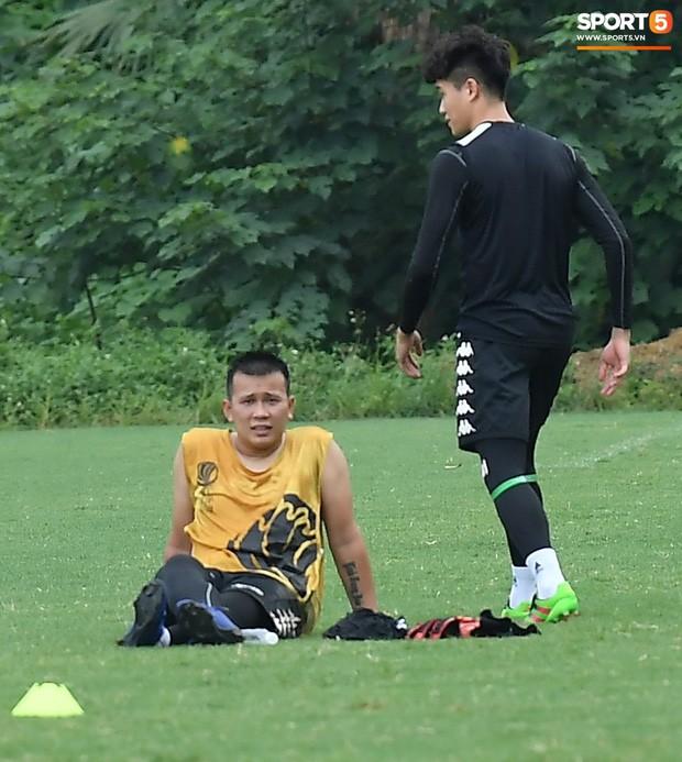 Sau Duy Mạnh, đến lượt Văn Kiên khiến các fan Hà Nội FC thót tim khi nhăn nhó vì đau trên sân tập - Ảnh 8.
