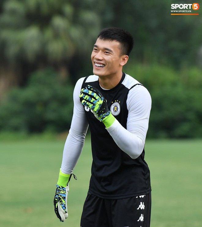 Sau Duy Mạnh, đến lượt Văn Kiên khiến các fan Hà Nội FC thót tim khi nhăn nhó vì đau trên sân tập - Ảnh 10.