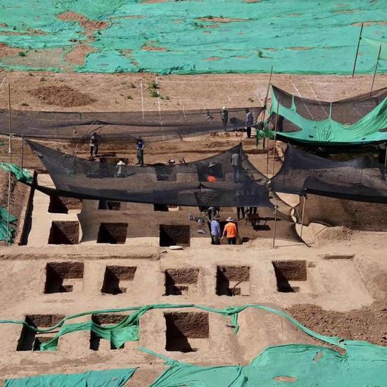 Hàng loạt ngôi mộ cổ được phát hiện khi nhà trường dự định xây một công trình dân dụng ở đây (Ảnh: news.sina.com.cn)