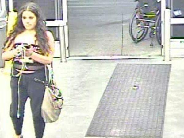 Say xỉn, cô gái có hành động kỳ quặc tại siêu thị - Ảnh 1.