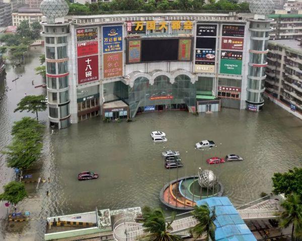 Bão Wipha đổ bộ, đường phố Trung Quốc biến thành sông - Ảnh 1.