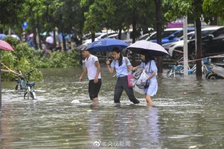 Bão Wipha đổ bộ, đường phố Trung Quốc biến thành sông - Ảnh 12.