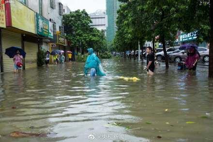 Bão Wipha đổ bộ, đường phố Trung Quốc biến thành sông - Ảnh 13.