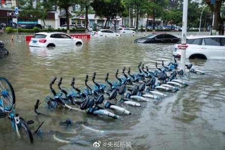 Bão Wipha đổ bộ, đường phố Trung Quốc biến thành sông - Ảnh 14.