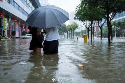 Bão Wipha đổ bộ, đường phố Trung Quốc biến thành sông - Ảnh 15.