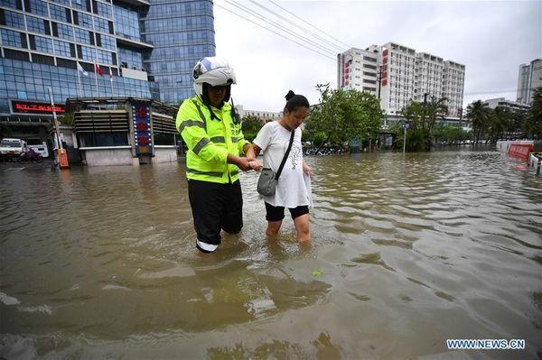 Bão Wipha đổ bộ, đường phố Trung Quốc biến thành sông - Ảnh 4.