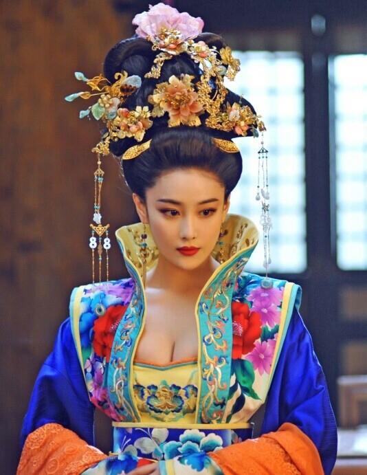 Quý phi Trương Lệ Hoa một bước nhúng tay vào việc chính sự.