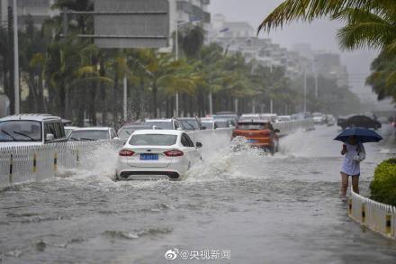 Bão Wipha đổ bộ, đường phố Trung Quốc biến thành sông - Ảnh 9.