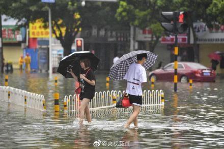 Bão Wipha đổ bộ, đường phố Trung Quốc biến thành sông - Ảnh 10.