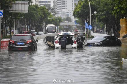 Bão Wipha đổ bộ, đường phố Trung Quốc biến thành sông - Ảnh 11.