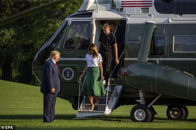 Cậu út nhà Tổng thống Trump xuất hiện bên cha mẹ, trở lại Nhà Trắng với ngoại hình thay đổi đáng kinh ngạc - Ảnh 1.