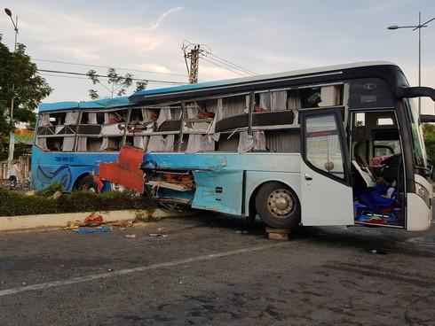 Xe Phương Trang và xe giường nằm tông nhau trong đêm, khách la hét, hiện trường như sau một cơn bão - Ảnh 1.