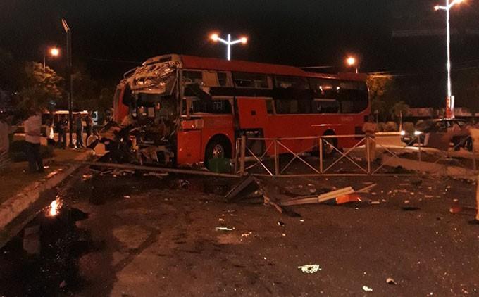 Xe Phương Trang tông kinh hoàng xe khách khác trong đêm, người dân lấy cây sắt ra đập cửa cứu người