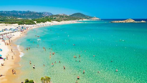 Lấy cát từ bãi biển Italy, cặp vợ chồng đối mặt với 6 năm tù - Ảnh 1.