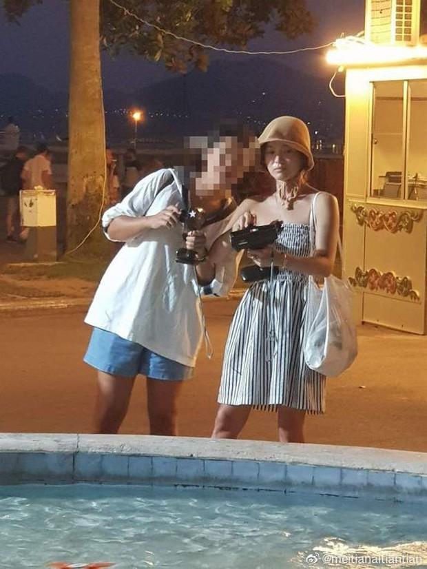 Lộ ảnh hiếm Song Hye Kyo hẹn hò ở chợ Cannes hậu ly hôn: Mặt mộc khiến du khách tại Pháp phải mê, biểu cảm gây chú ý - Ảnh 1.