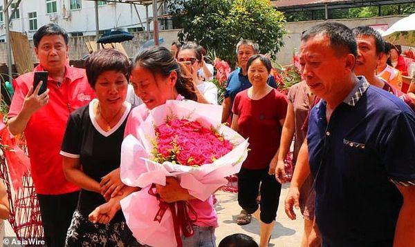 Mất tích suốt 30 năm ròng rã, cô gái khóc nghẹn trong ngày đoàn tụ với người thân - Ảnh 3.