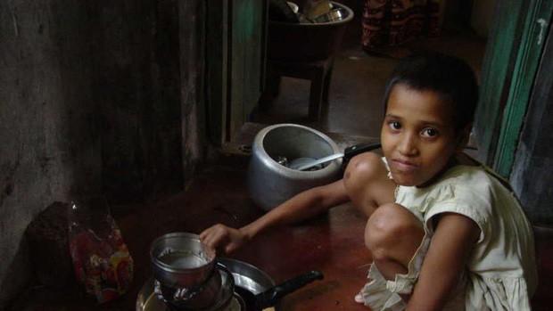 Những đứa trẻ đang phải bán sức lao động để nuôi gia đình.