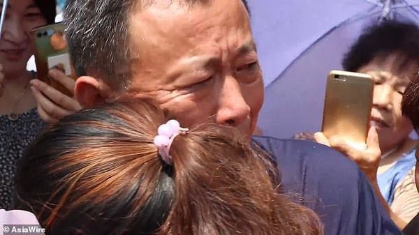 Mất tích suốt 30 năm ròng rã, cô gái khóc nghẹn trong ngày đoàn tụ với người thân - Ảnh 4.