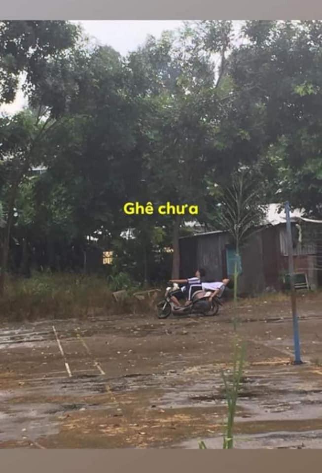 Ngả ngớn trên xe máy sau cơn mưa, hai thanh niên nhận cái kết chổng vó lên trời - ảnh 2