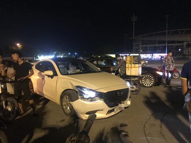 Ô tô Mazda va chạm xe máy kẹp 3, hiện trường có sự xuất hiện của Huấn Hoa Hồng - Ảnh 1.
