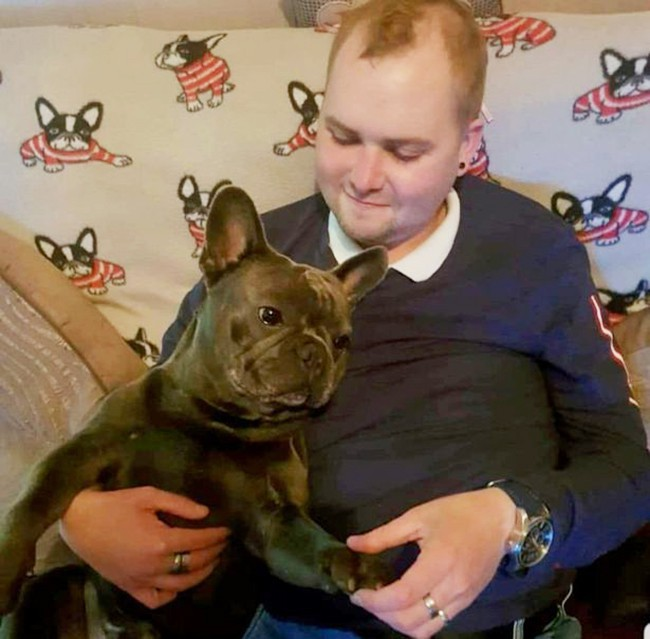Vì quá đau buồn, chú chó trung thành lăn đùng ra chết sau khi chủ nhân qua đời chỉ 15 phút - Ảnh 1.