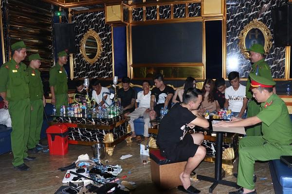 Cận cảnh quán karaoke có nhóm nam nữ ăn mặc sexy bay lắc - Ảnh 5.