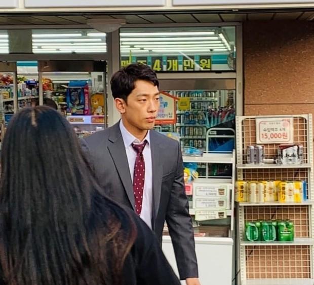 Kim Tae Hee bầu bí tháng cuối thai kỳ, Bi Rain vẫn vất vả quay phim đến xanh xao, cố kiếm thêm tiền bỉm sữa? - Ảnh 1.