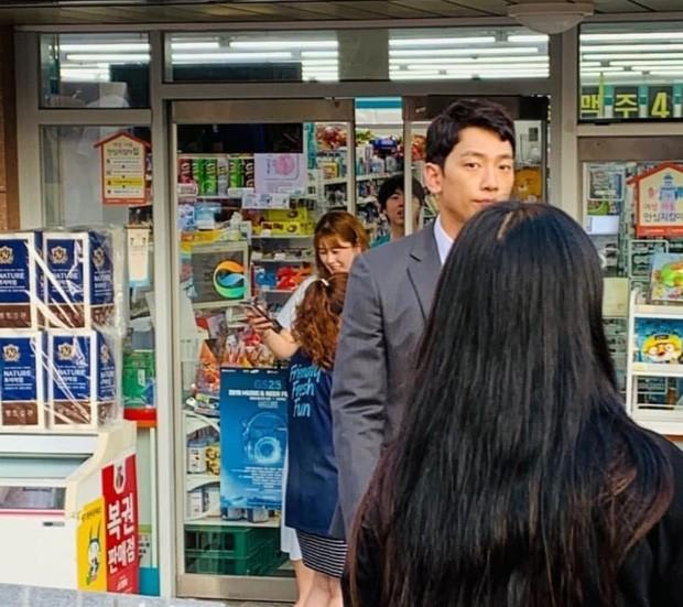 Kim Tae Hee bầu bí tháng cuối thai kỳ, Bi Rain vẫn vất vả quay phim đến xanh xao, cố kiếm thêm tiền bỉm sữa? - Ảnh 2.