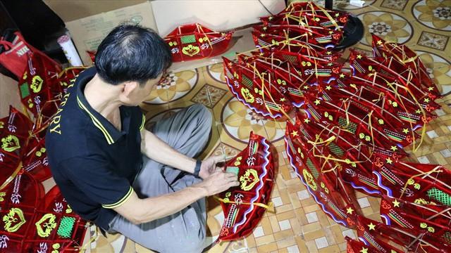 Làng làm đồ chơi ở Sài Gòn bận rộn trước thềm Trung thu - Ảnh 2.