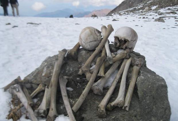 Bí ẩn rùng rợn của hồ nước cứ hè đến là hàng trăm bộ xương người lộ ra, khoa học chịu bó tay suốt hàng chục năm trời - Ảnh 4.