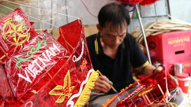 Làng làm đồ chơi ở Sài Gòn bận rộn trước thềm Trung thu - Ảnh 4.
