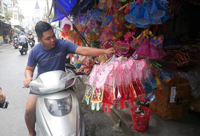 Làng làm đồ chơi ở Sài Gòn bận rộn trước thềm Trung thu - Ảnh 7.