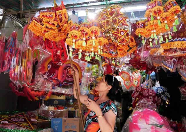 Làng làm đồ chơi ở Sài Gòn bận rộn trước thềm Trung thu - Ảnh 8.