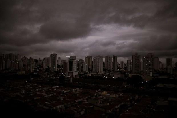 Loạt ảnh gây sốc về rừng Amazon bùng cháy với tốc độ kỷ lục: Khói có thể nhìn thấy từ ngoài không gian, các thành phố bị bao phủ mù mịt như tận thế - Ảnh 10.