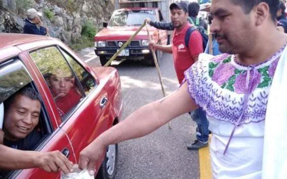 Thị trưởng Mexico bị ép mặc váy diễu phố vì không giữ lời hứa - Ảnh 1.