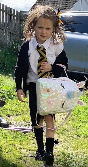 Ai nói ngày đầu tiên đi học chỉ có chơi nhiều học ít, nhìn cô bé 5 tuổi này bố mẹ sẽ hiểu đến trường cũng cực kỳ vất vả - Ảnh 2.