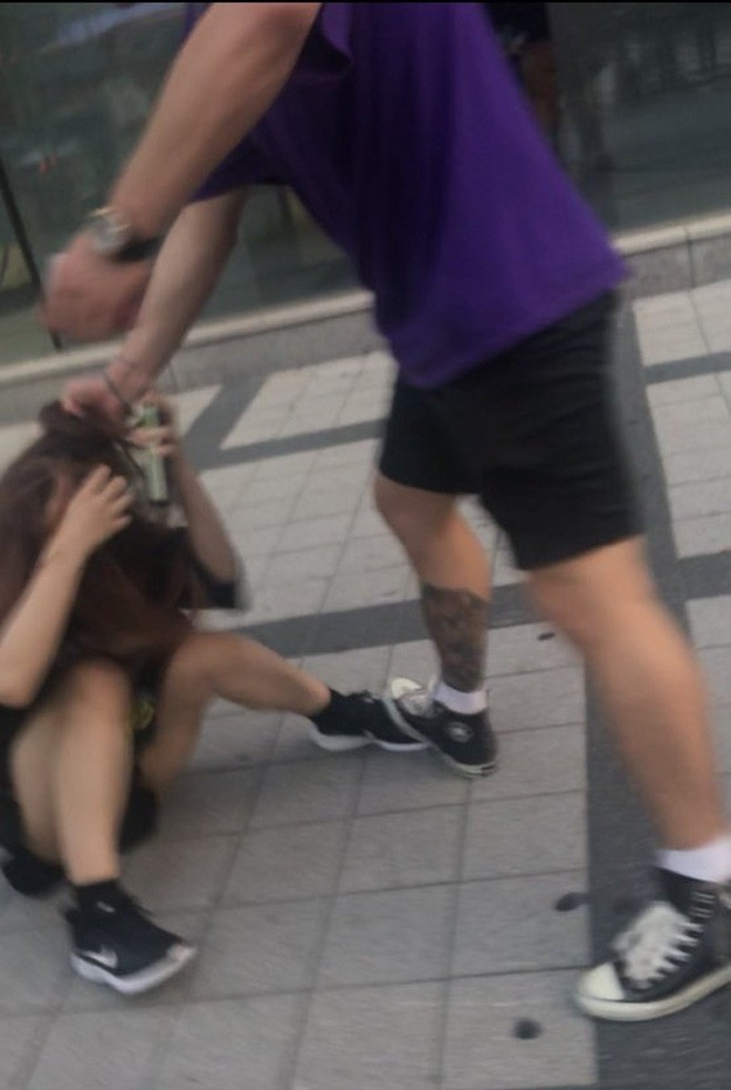 Trêu chọc nữ du khách nhưng bị ngó lơ, người đàn ông bực tức luôn miệng mắng chửi rồi lao vào túm tóc, hành hung cô gái dữ dội - Ảnh 1.